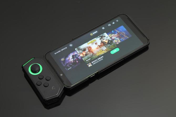 双液冷+流水灯3199元起 黑鲨游戏手机Helo发布
