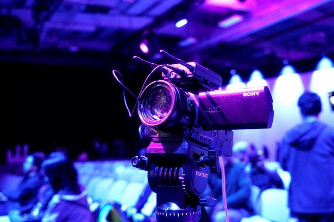 专业直播呈现 选索尼 AX700摄像机磁带摄像机