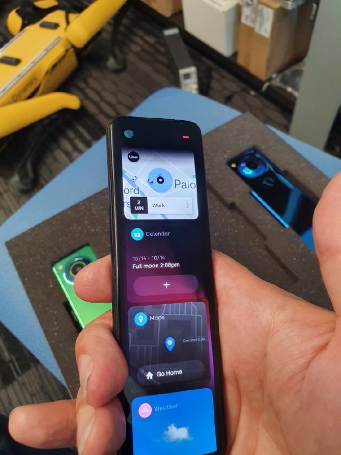 安卓之父晒新机,巨长版手机沟通遥控器 有点酷