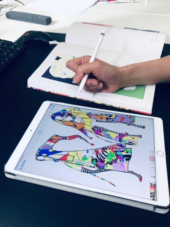 """(图说:""""朵朵可可""""的设计师正在根据""""糖果女孩 candy girl""""创作新品.图片"""